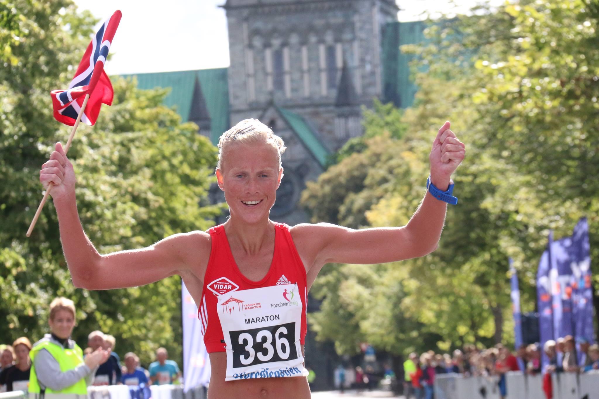 Marthe med flagg i Trondheim
